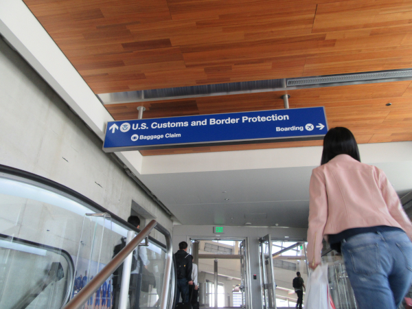 US Customs and Border Protectionとある案内表示